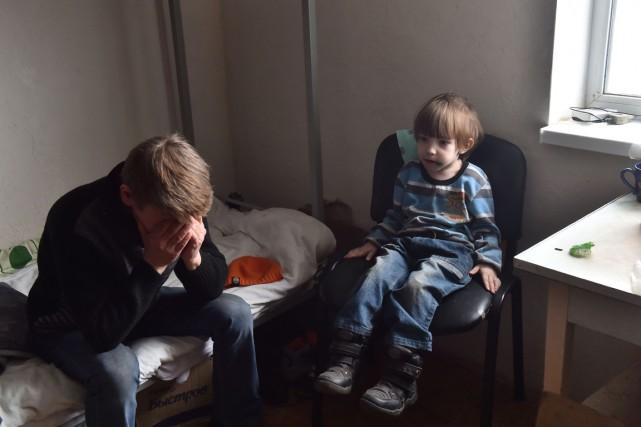 Des réfugiés de la région de Donetsk controlés... (Photo SERGEI SUPINSKY, AFP)