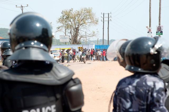 Des policiers anti-émeutes avancent vers des partisans de... (PHOTO WILL BOASE, AFP)