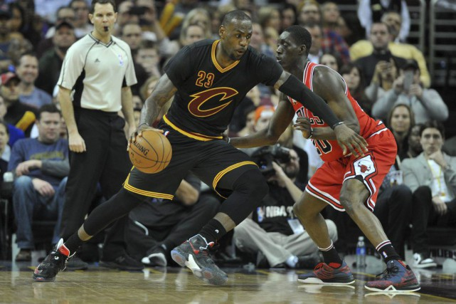 LeBron James (23) tente de contourner Tony Snell.... (PHOTO KEN BLAZE, USA TODAY)
