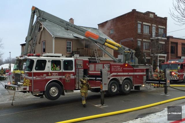 Les trois suspects arrêtés à la suite de l'incendie survenu jeudi matin sur le... (La Tribune, René-Charles Quirion)