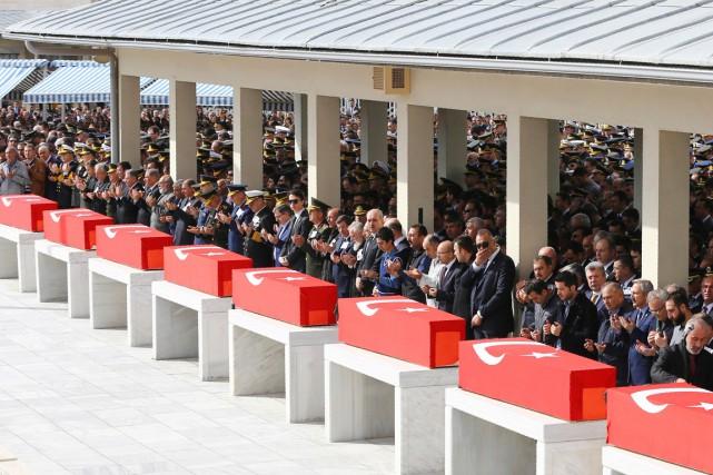Le premier ministre Ahmet Davutoglu (au centre) prie... (PHOTO ADEM ALTAN, AFP)