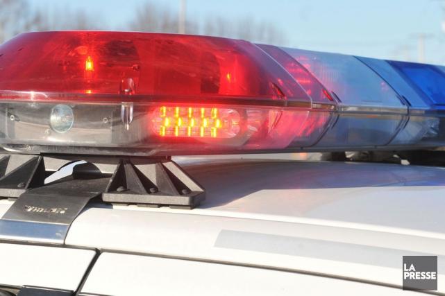 Les policiers ont arrêté deux individus à la... (PHOTO ARCHIVES LA PRESSE)