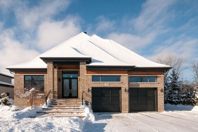 Avec ses toits en pente, ses hauts plafonds... (PHOTO FOURNIE PAR ROYAL LEPAGE)