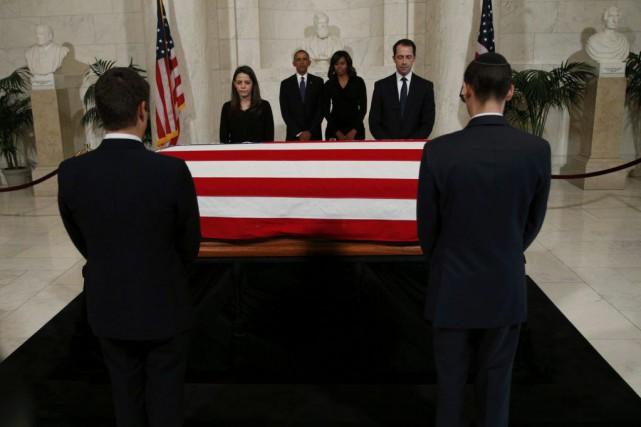 Michelle et Barack Obama se sont recueillis devant... (Photo KEVIN LAMARQUE, Reuters)