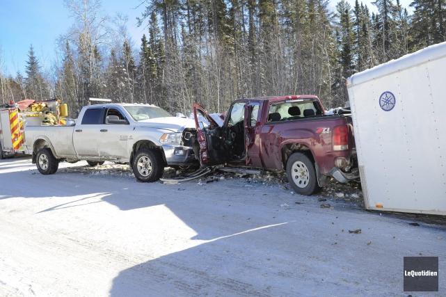 Une collision entre deux camionnettes sur le chemin... (Photo Le Quotidien, Gimmy Desbiens)