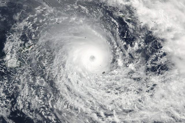 Le cyclone tropical Winston, accompagné de vents violents... (PHOTO NOAA, VIA ASSOCIATED PRESS)