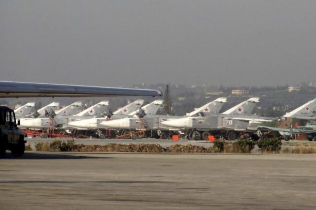 Des frappes russes ont visé samedi des positions... (PHOTO AFP)
