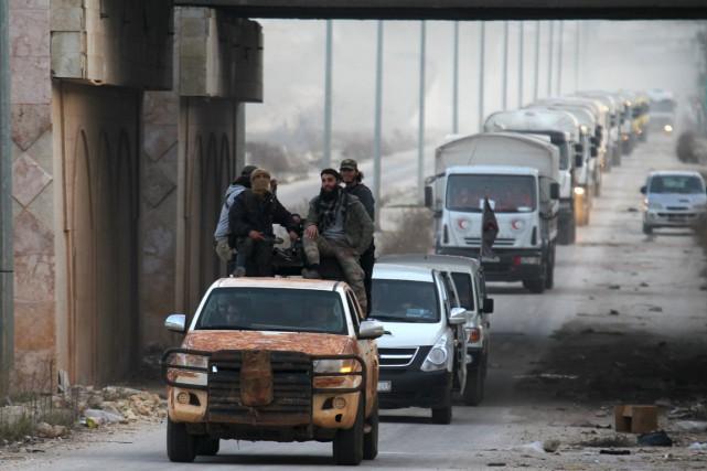 Des combattants rebelles escortent un convoi du Croissant... (Photo Ammar Abdullah, archives Reuters)