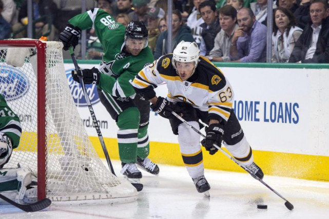 Brad Marchand et Vernon Fiddler se disputent la... (Photo Jerome Miron, USA Today)