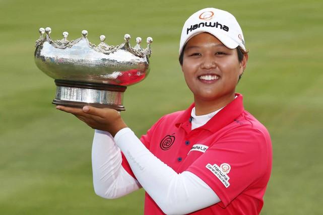 Haru Nomura pose fièrement avec son trophée.... (PHOTO TIRÉE DU SITE LPGA.COM)