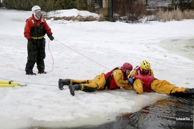 Une dizaine de pompiers de Roxton Pond ont... (Julie Catudal, La Voix de l'Est)