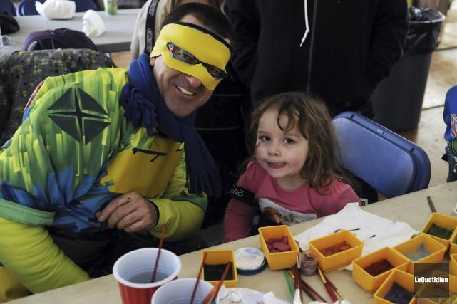 Sylvain Gendron et sa petite-fille, Camille... (Photo Le Quotidien, Mariane L. St-Gelais)
