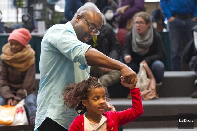 Christopher Olutola et sa fille Oliviadansent lors de... (Martin Roy, LeDroit)