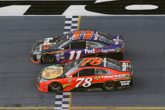 La voiture de Denny Hamlin (11) a devancé... (Associated Press)