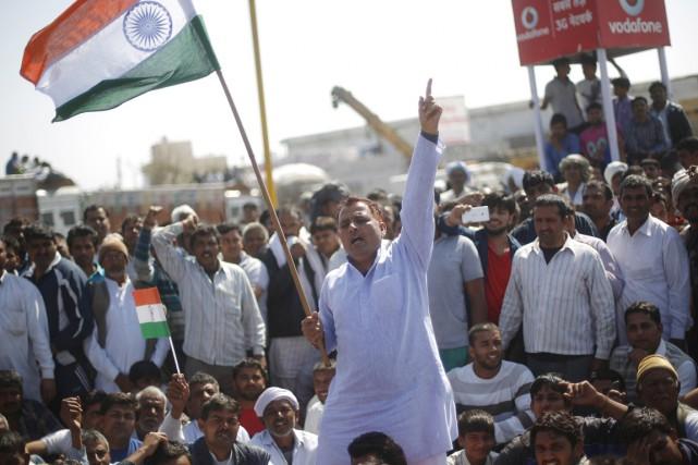 Des activistes de la caste des Jats manifestent... (PHOTO ADNAN ABIDI, REUTERS)