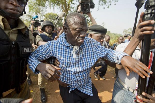 Assigné à résidence depuis vendredi soir, Kizza Besigye... (PHOTO BEN CURTIS, AP)