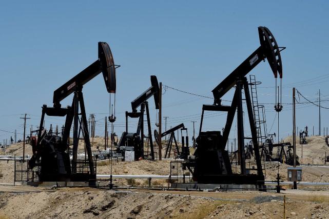 Les cours du pétrole ont encore baissé lundi à New York malgré des tentatives... (PHOTO MARK RALSTON, ARCHIVES AFP)