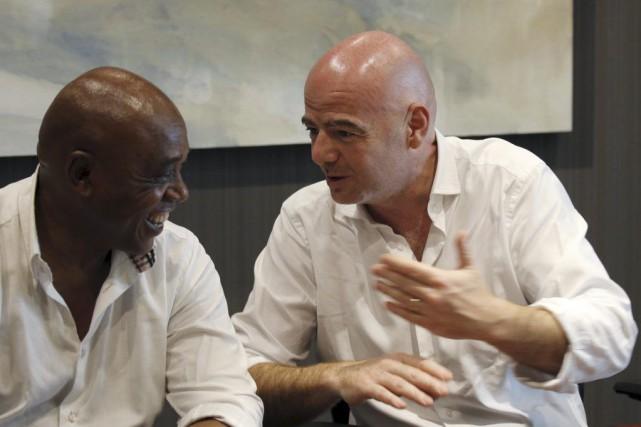 Les candidats Gianni Infantino, secrétaire général de l'UEFA,... (PHOTO MIKE HUTCHINGS, REUTERS)