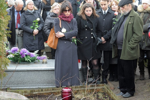 L'actrice Sophie Marceau (au centre, avec une écharpe...