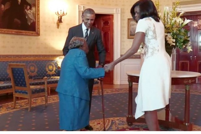 Barack et Michelle Obama entourent Virginia McLaurin, 106 ans.... (PHOTO TIRÉE DE TWITTER)