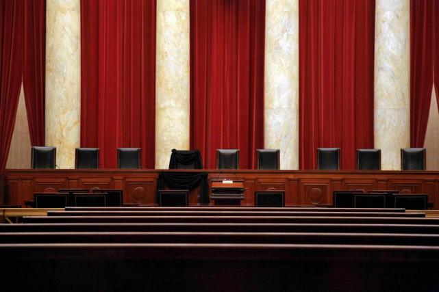 Le siège qu'occupait Antonin Scalia est recouvert d'unecrêpe... (PHOTO REUTERS)