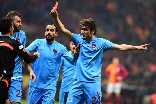 Le joueur Salih Dursun a montré un carton... (PHOTO AFP)