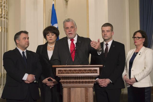 Le premier ministre Philippe Couillard est entouré de... (La Presse Canadienne, Jacques Boissinot)