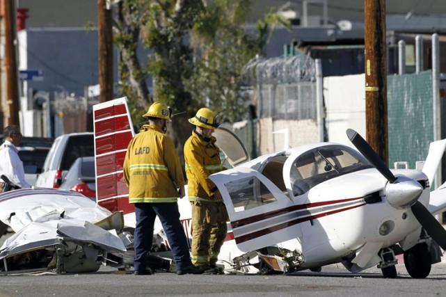 Personne n'a été blessé, lundi, lorsqu'un petit avion a heurté deux voitures... (PHOTO AP)