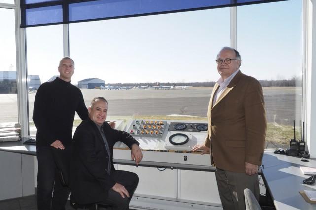 Le directeur général de l'aéroport Roland-Désourdy, Robert Blais,... (photo Alain Dion)