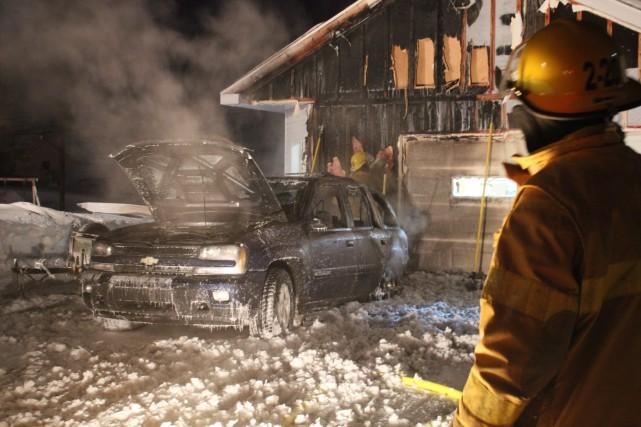 Un véhicule a pris feu, lundi soir, à... (Photo courtoisie)
