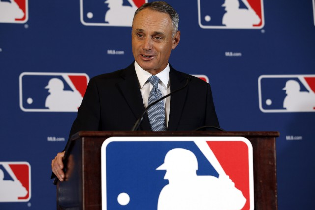 Le commissaire du baseball majeur, Rob Manfred... (AP, Morry Gash)