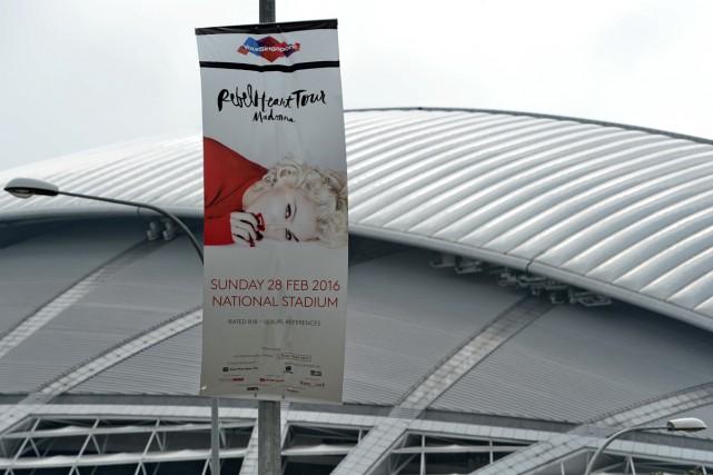 Une bannière publicitaire pour le concert de Madonna... (PHOTO AFP)