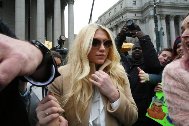 La chanteuse pop Kesha à sa sortie du... (PHOTO AP)