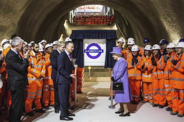 La reine Elizabeth II a plongé mardi à... (PHOTO RICHARD POHLE, AFP)