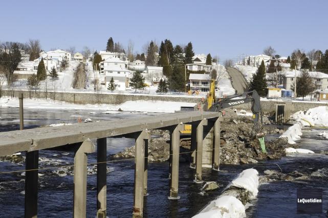 Les travaux de démolition avancent rondement dans la... (Photo Le Quotidien, Mariane L. St-Gelais)