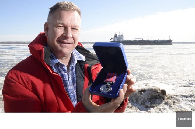 Denis Roy montre fièrement sa médaille de la... (Sylvain Mayer, Le Nouvelliste)