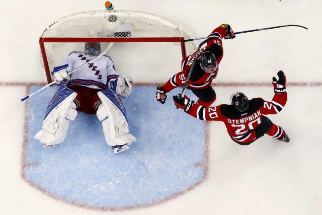 Sergey Kalinin et Adam Larsson ont amassé un but et une aide chacun pour mener... (PHOTO AP)