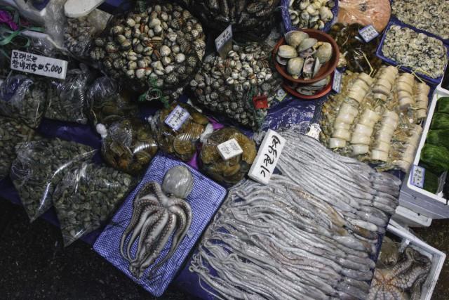 Le vieuxmarché aux poissons de Séoulest une attraction... (PHOTO ED JONES, AFP)