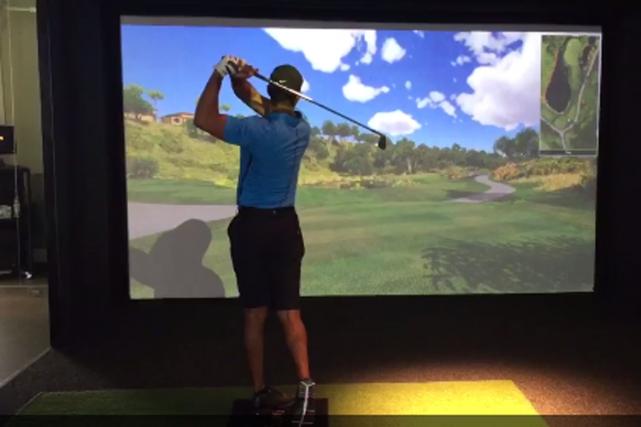 Tiger Woods a publié une vidéo où il frappe un coup de fer-9 dans un simulateur... (Capture d'écran tirée de Twitter)
