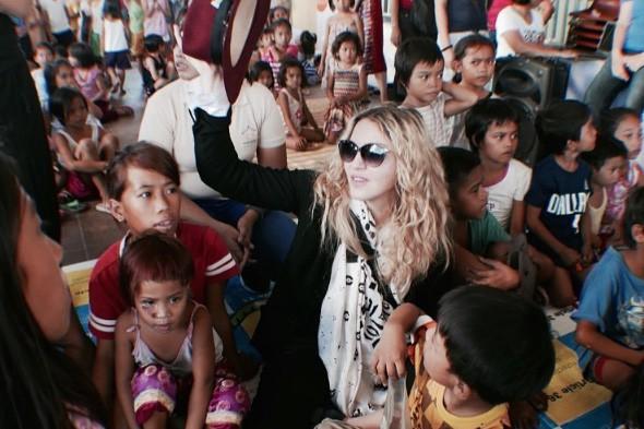 À la veille de ses spectacles aux Philippines, mardi, Madonna a fait une visite... (PHOTO TIRÉE D'INSTAGRAM)