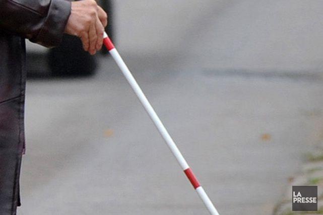Une femme non-voyante accompagnée de son chien-guide a été percutée par un... (Photo archives AFP)