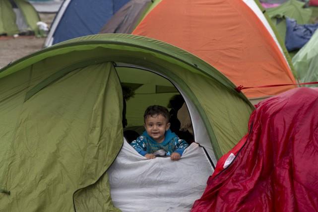 Un jeune migrant syrien dans un camp de... (AP, Petros Giannakouris)