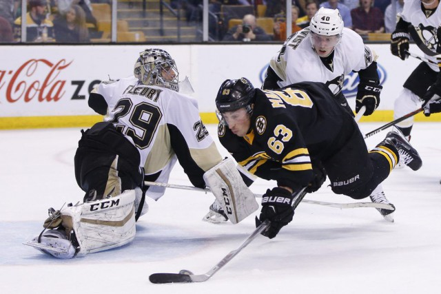 Brad Marchand s'apprête à marquer un but.... (Photo USA Today Sports)