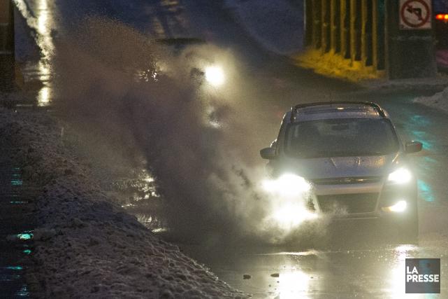 В Квебеке из-за непогоды  243 000 домов остались без электричества