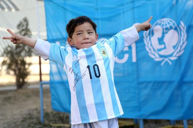 Le petit Murtaza porte fièrement son maillot de... (PHOTO MAHDY MEHRAEEN, UNICEF/AP)