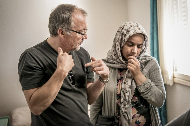 Le réalisateur Philippe Faucon dirige l'actrice Soria Zeroual... (PHOTO FOURNIE PAR FILMOPTION INTERNATIONAL)