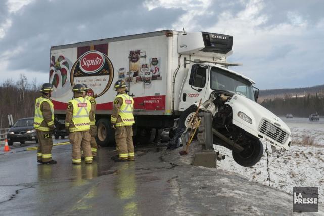 Le camion s'est retrouvé dans une fâcheuse position.... (Photo Julien Chamberland)