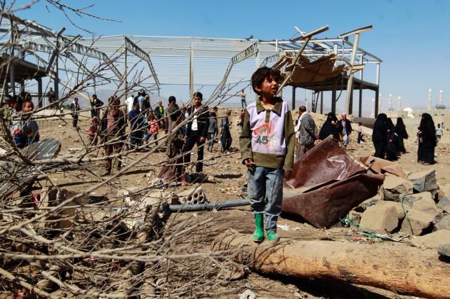 Des civils yéménites examinent les ruines de bâtiments... (PHOTO MOHAMMED HUWAIS, AFP)