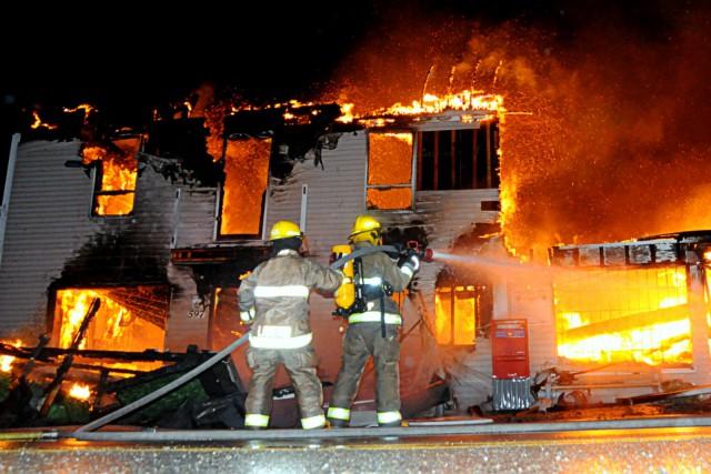 Un spectaculaire incendie a complètement rasé un bâtiment à vocation mixte... (Photo collaboration spéciale Éric Beaupré)
