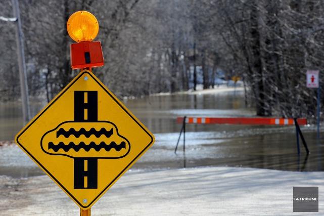 Le niveau des rivières en Estrie commence à causer des maux de tête aux... (Archives La Tribune, Jessica Garneau)